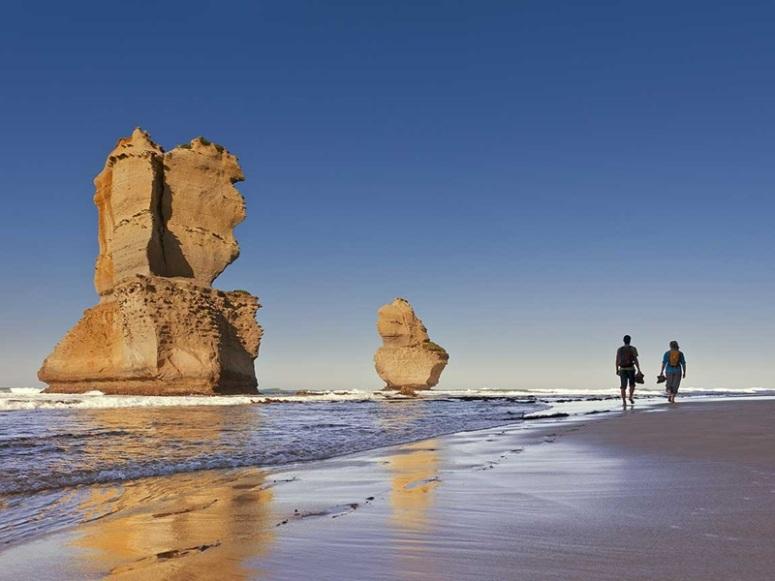12-apostles-couple-walking_gor_r_1374380_1150x863